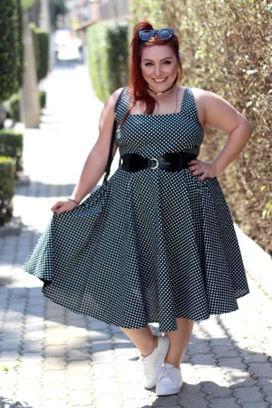look com vestido midi plus size e tênis