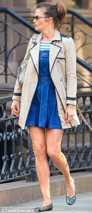 look de inverno com vestido curto e trench coat