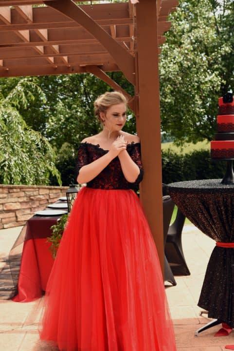 noiva com vestido em renda preta e tule vermelho