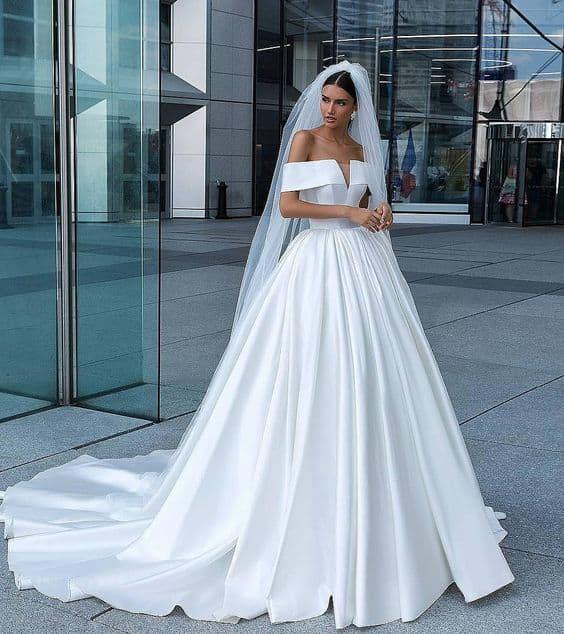 noiva com vestido minimalista princesa e decote ombro a ombro