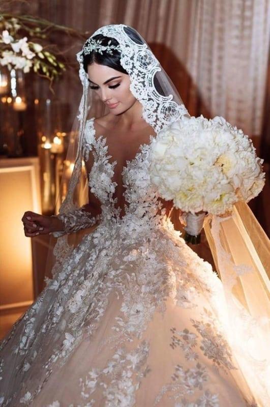 noiva com véu de renda e tiara no cabelo