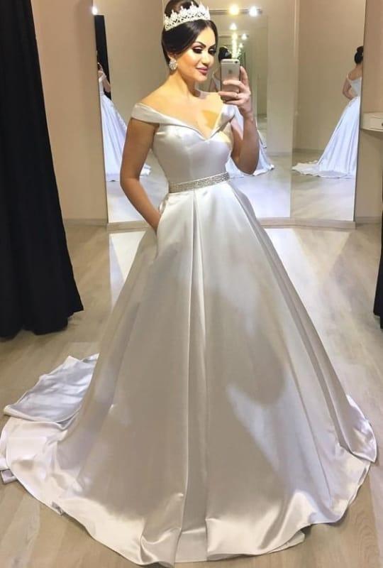 noiva com vestido princesa de cetim e decote ombro a ombro