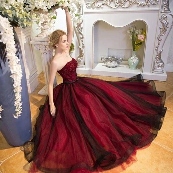 vestido de noiva rodado em preto e vermelho
