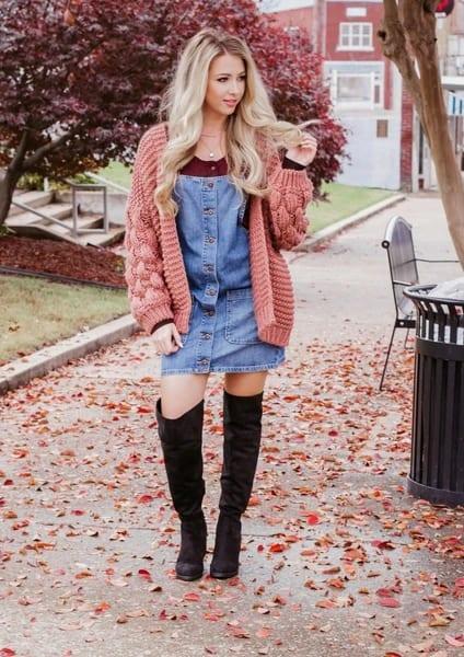 como usar vestido jeans com casaco de tricô
