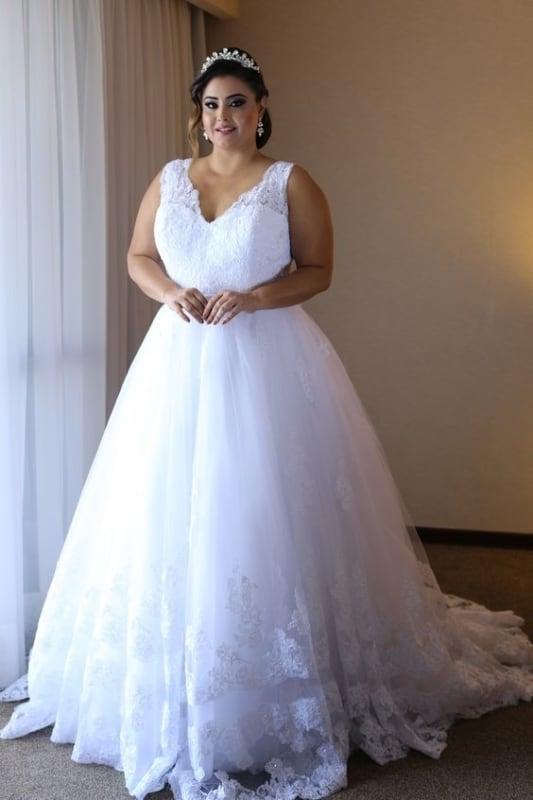 noiva plus size com vestido princesa com renda