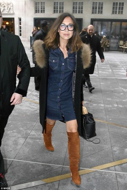 look com casaco preto e vestido jeans