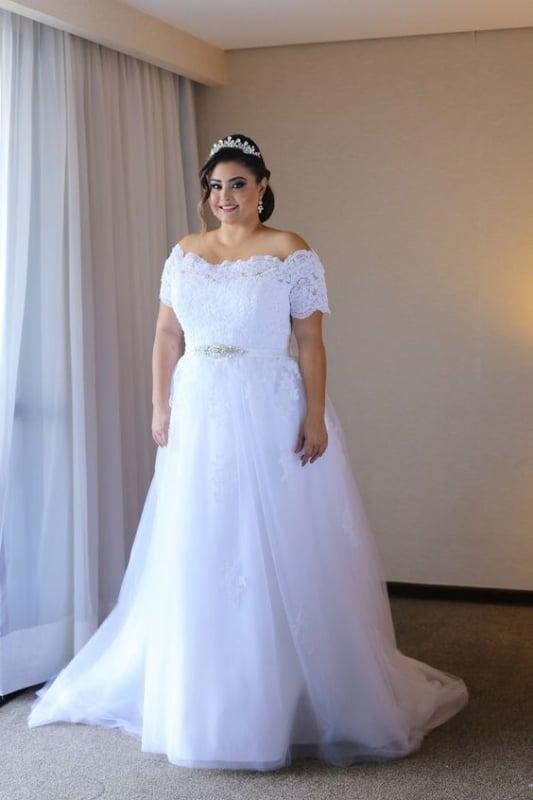 noiva plus size com vestido princesa ombro a ombro