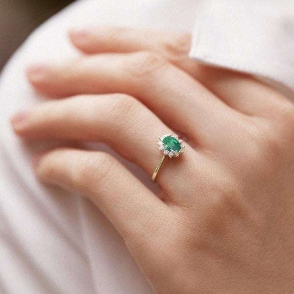 anel feminino em ouro amarelo e esmeralda