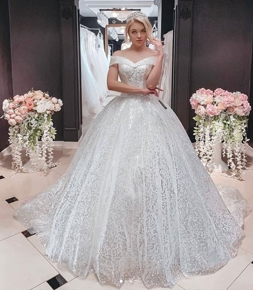 noiva com vestido rodado e com brilho