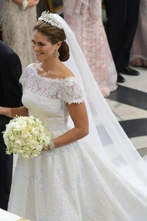 noiva com coroa e véu longo