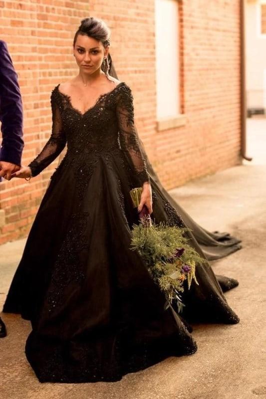 noiva com vestido princesa de mangas longas e renda preta