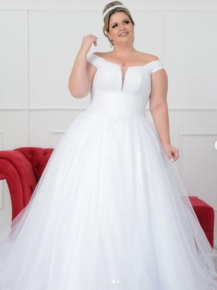 noiva plus size com vestido princesa de saia de tule