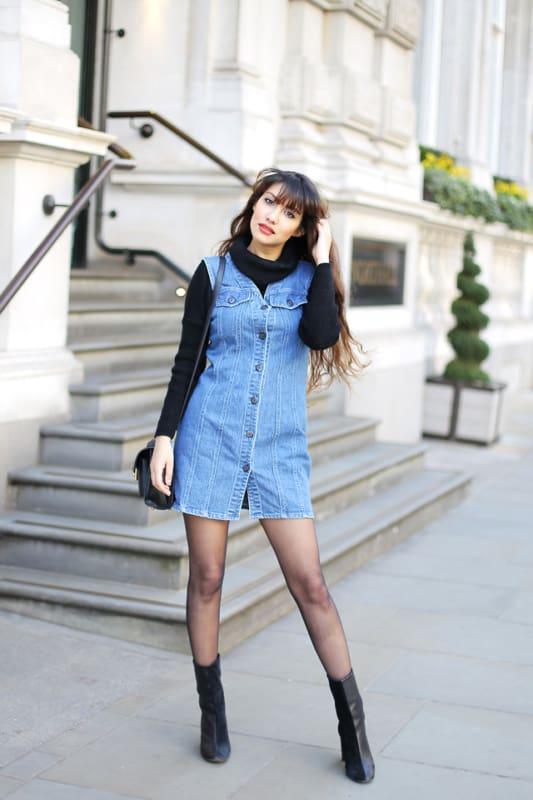 vestido jeans sobreposto a blusa de gola alta