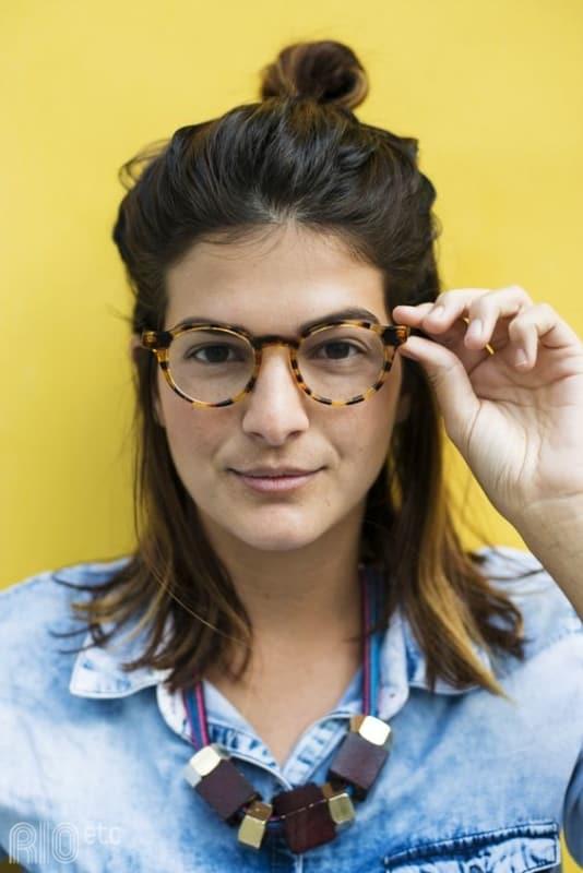 mulher com óculos de grau com armação tartaruga