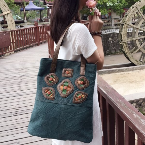 modelo de bolsa pequena e bordada