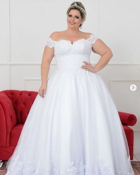 noiva plus size com vestido princesa com decote ombro a ombro