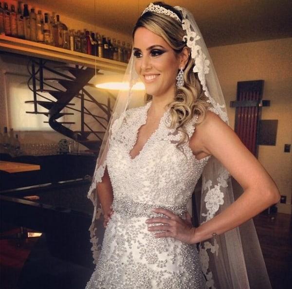 penteado de noiva com coroa e véu