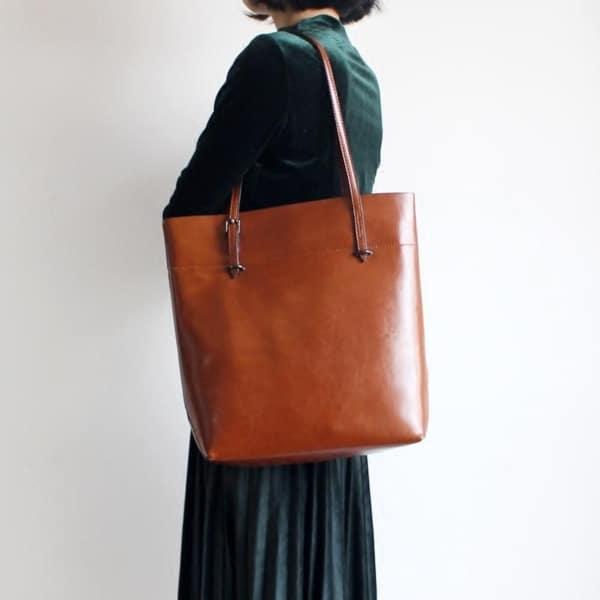 como usar bolsa marrom estilo sacola