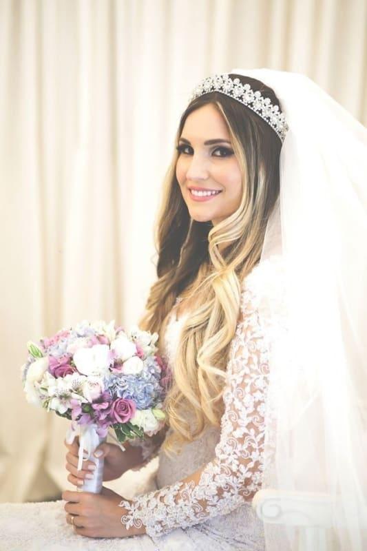 penteado de noiva simples para usar com coroa e véu volumoso