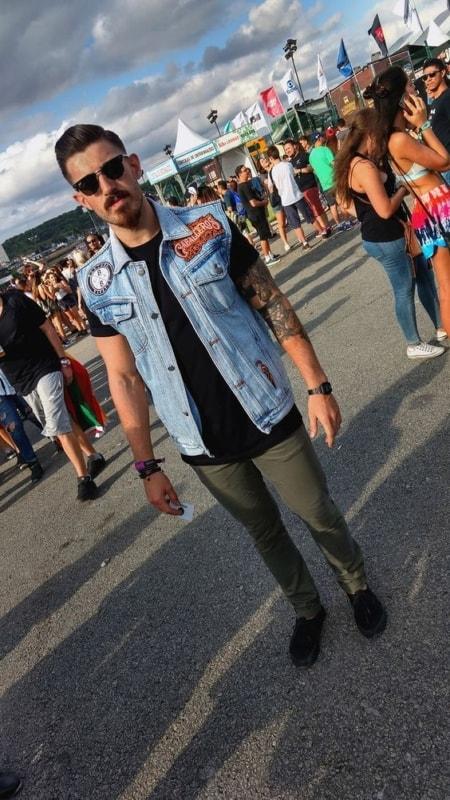 look masculino com colete jeans para Rock in Rio