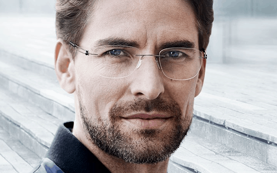 homem com óculos de grau sem aro