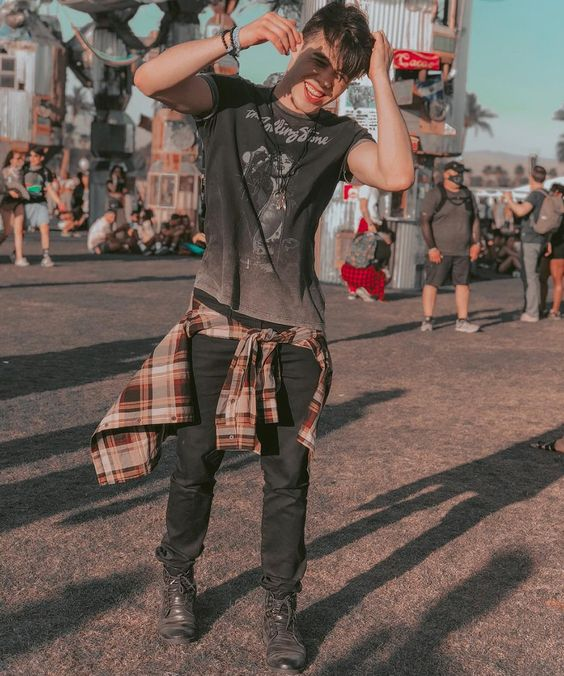 look masculino com camisa xadrez para festival de música
