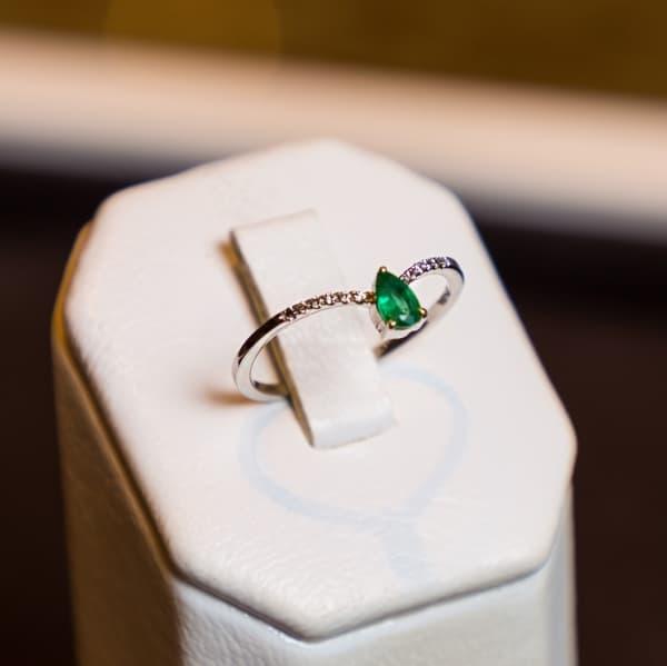 anel delicado em ouro branco com diamantes e esmeralda