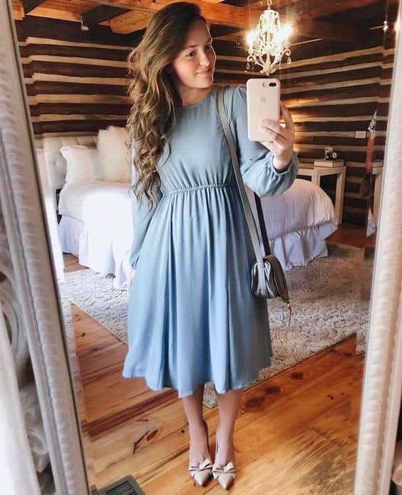 look com vestido azul midi rodado de manga longa