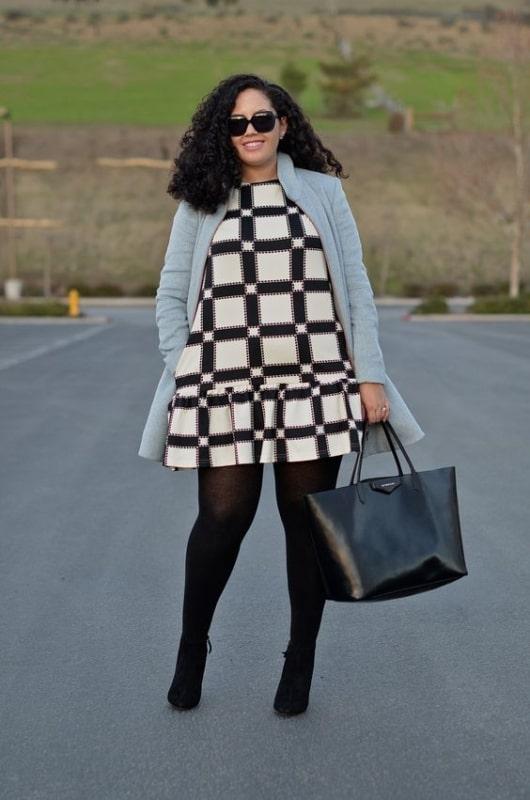 look com vestido curto plus size e meia calça preta