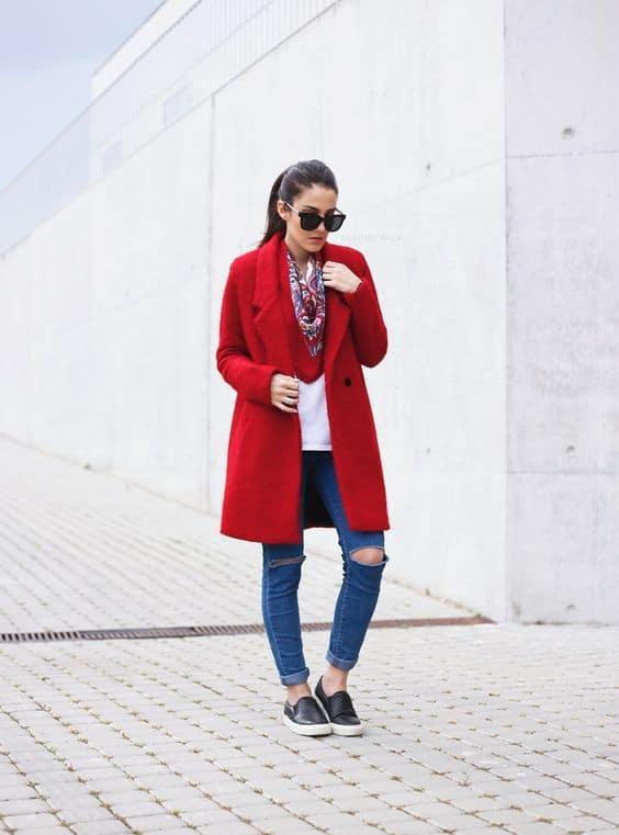look de inverno com sobretudo vermelho