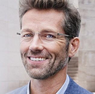 homem com óculos de grau retangular