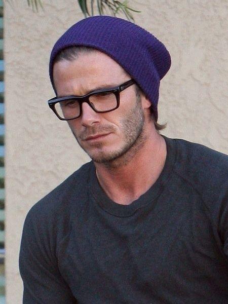 homem com óculos de grau com armação preta