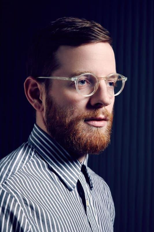 homem com óculos de grau de armação transparente
