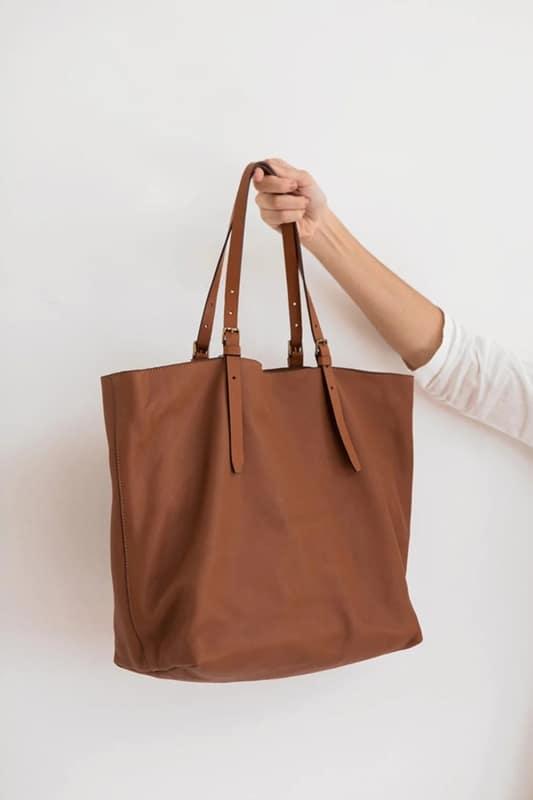 modelo de bolsa sacola em couro marrom