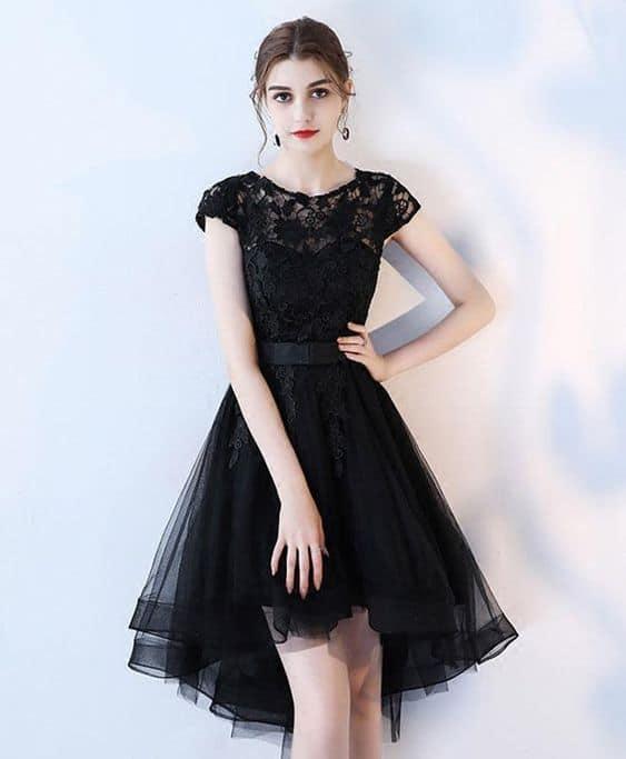 noiva com vestido curto de saia de tule preto