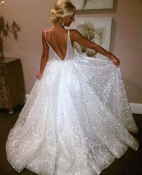 noiva com vestido princesa com brilho e decote nas costas