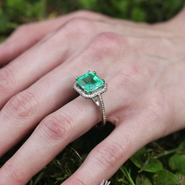 anel de esmeralda cravejado de diamantes