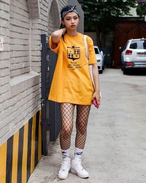 estilo tumblr com camiseta oversized e meia arrastão