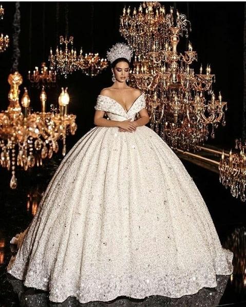 noiva com vestido rodado com brilho