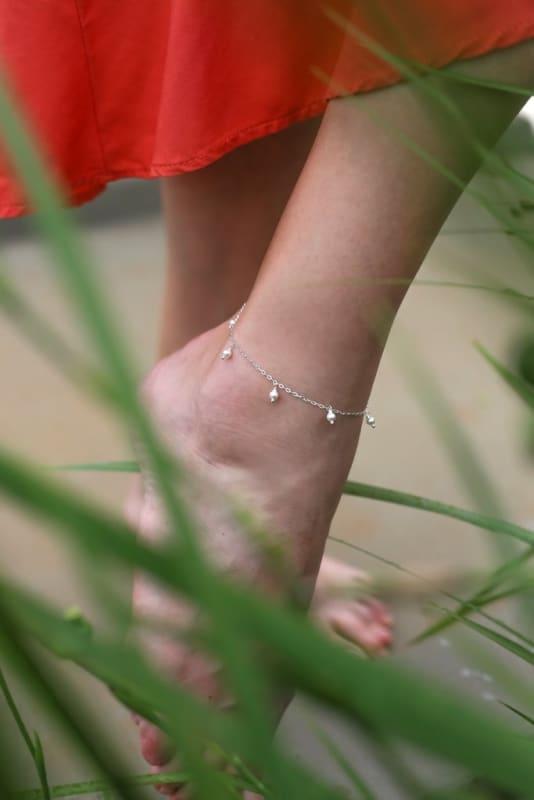 tornozeleira de prata com pérolas