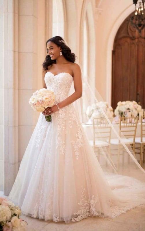 vestido de noiva rodado com aplicações de renda