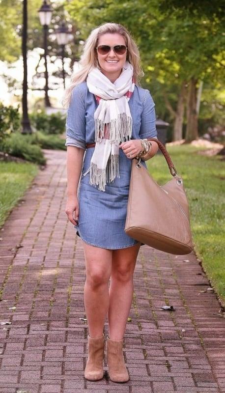 vestido jeans com bota de cano curto