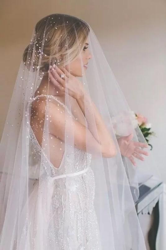 noiva com véu com brilho