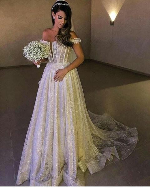 vestido de noiva com brilho e decote ombro a ombro