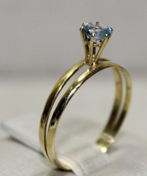 Anel solitário com pedra azul e ouro 18k