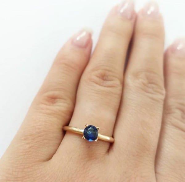 Anel solitário com pedra azul em zircôni e banhado a ouro