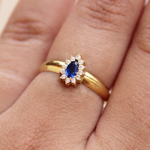 Anel solitário de ouro com pedra azul