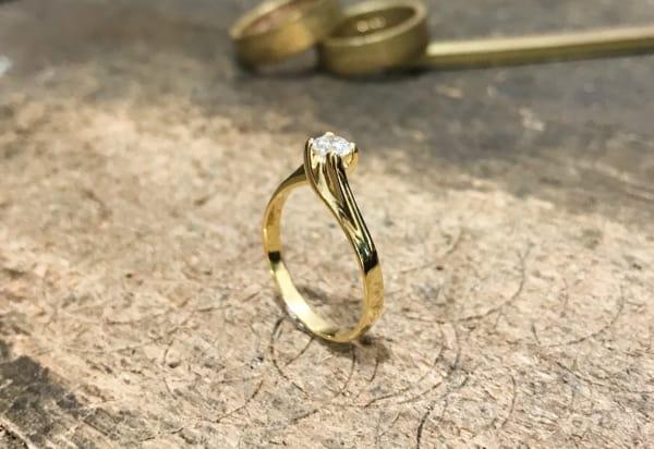 Anel solitário torcido de ouro 18k