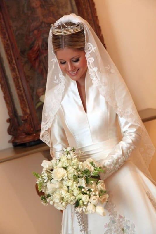 Vestido de manga longa para noiva com grinalda e mantilha