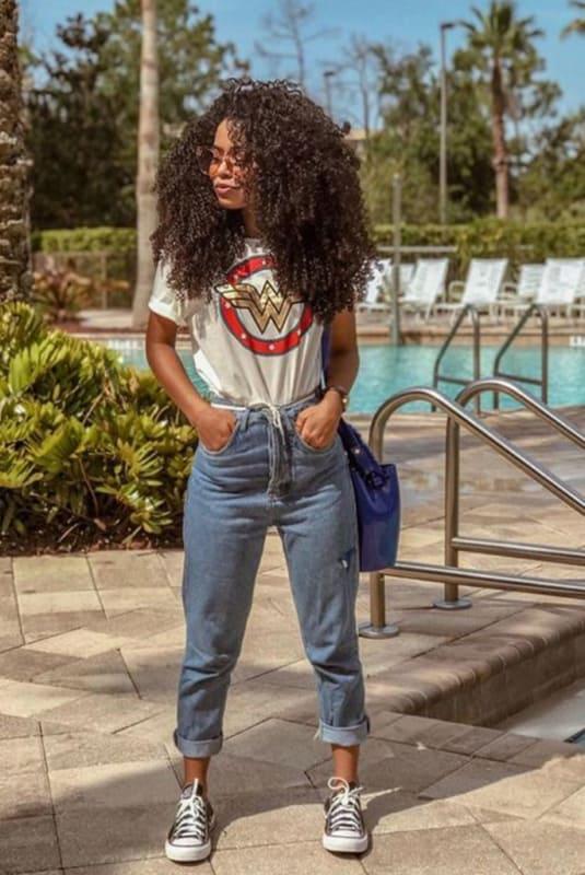 Calça jeans cropped e tênis para ir com conforto no Lolla